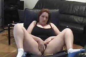 older wench widen legs and masturbating