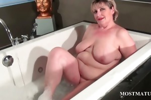 blond mature dildoing her wet crack