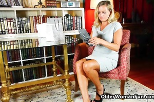 older mommy can not resist her pantyhose fetish