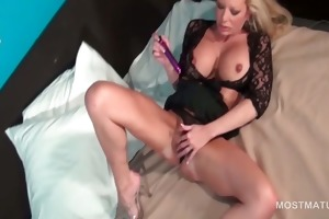 big o junkie aged sex bomb vibing her pussy