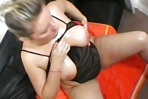breasty uk mother i doxy shows off her giant boobs